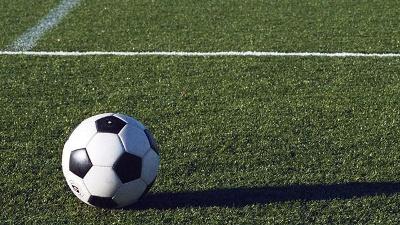 soccer-ball-on-grass-field-jpg_20150427152350-159532