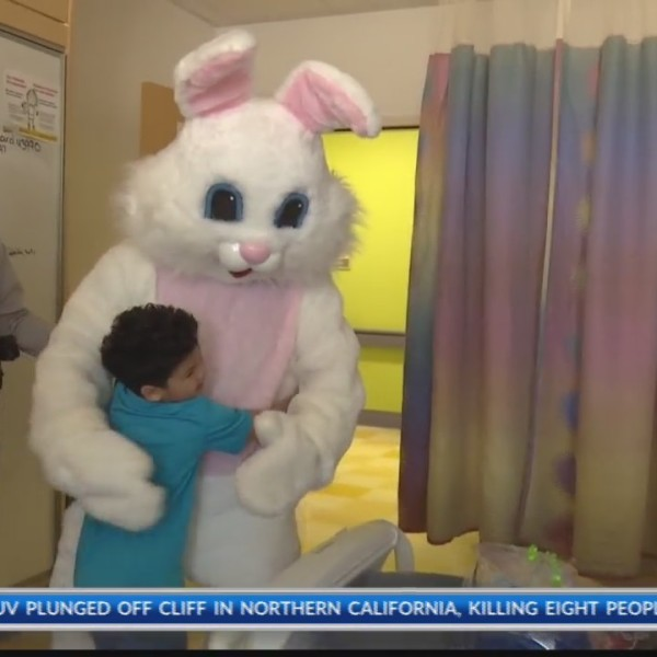 Easter_Bunny_visits_children_at_hospital_0_20180330190526