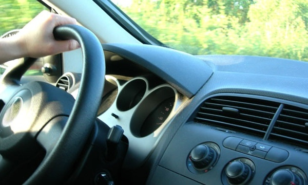 driver's hand on car steering wheel_487588611484677-159532