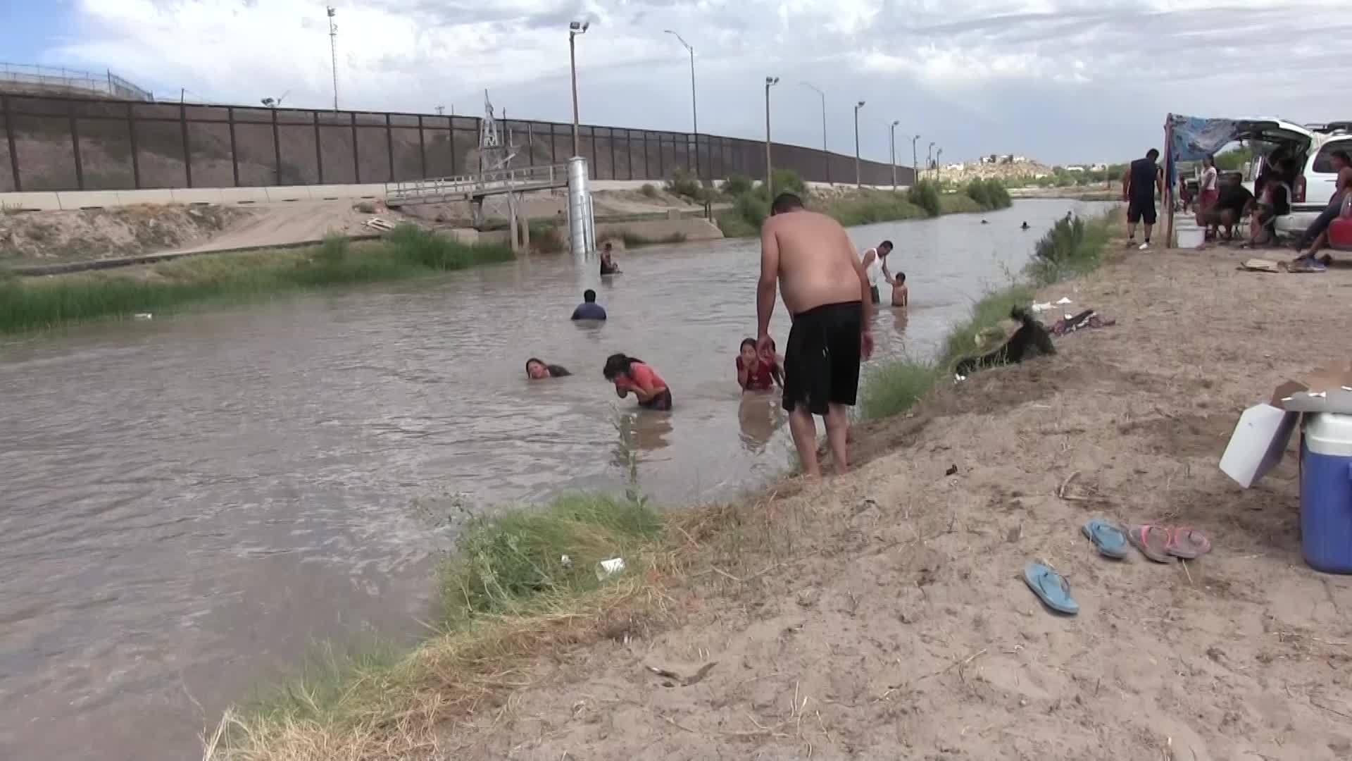Juarez families enjoy Sunday on Rio Grande